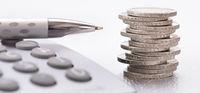 Stapel Euro Münzen und Taschenrechner