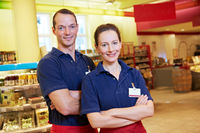 Marktleiterin und Mitarbeiter im Supermarkt