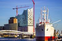 Cap San Diego mit Elbphilharmonie Hamburg