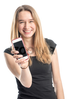 teenager zeigt ein handy