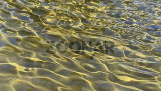 Lichtreflexe auf dem Gewässergrund