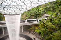 Singapur, Republik Singapur, Forest Valley mit HSBC Rain Vortex Wasserfall im Jewel Terminal am Flughafen Changi
