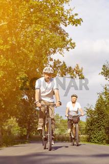 Paar Senioren fährt Rad im Sommer