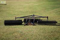 Blick auf eine Golfballeinsammelmaschine auf einem Golfplatz.