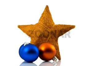 Sterne und Weihnachtskugeln