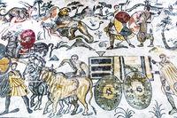 PIAZZA ARMERINA, SIZILIEN, ITALIEN - 24. Mai 2018:  Antike römische Mosaiken mit Kampf- und Jagdszenen in der archäologischen Stätte Villa Romana del Casale - UNESCO-Welterbestätte