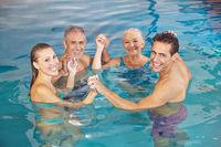 Gruppe im Wasser bei Aquafitness