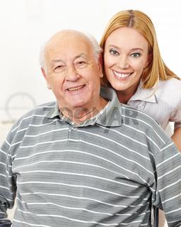 Familie mit Frau und Senioren