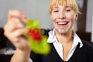 Frau lässt Salat probieren