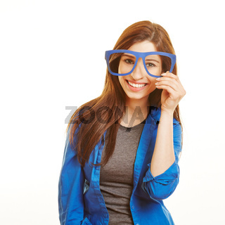 Lachende Frau schaut durch Nerd-Brille