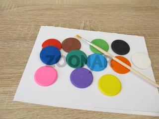 Wasserlösliche Aquarellfarbe Farbtabletten - Bunte Wasserfarbe, ein Zeichenblock und ein Pinsel