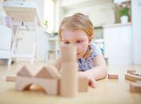 Kind trainiert Geschicklichkeit mit Bausteinen