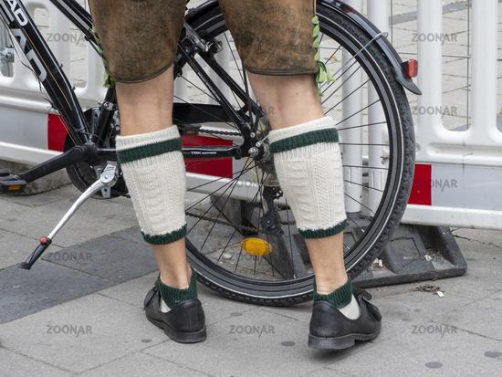 Beine eines Mannes mit traditionellen Bayerischen Lederhosen und Wadenstrümpfen - München