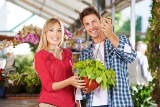 Paar mit Philodendron in einer Gärtnerei