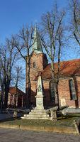 Kriegerdenkmal von 1870, dahinter die Dreikönigskirche Bad Bevensen