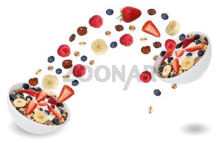 Fliegende Früchte für Frucht Müsli zum Frühstück mit Banane und Erdbeere