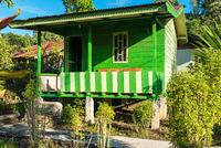 Garten mit Gästehaus im Dorf Ketambe im Norden von Sumatra