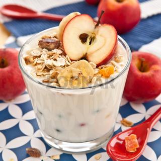 Muesli mit Joghurt und Apfel