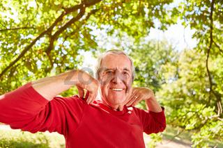 Glücklicher Senior macht eine Atemübung