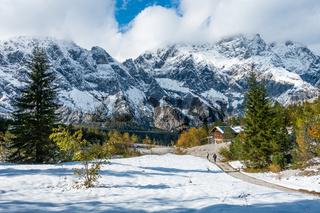 Wanderweg oberhalb der Wimsbachgrieshuette mit Blick auf das Hochkaltermassiv, NP Berchtesgarden