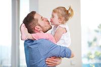 Tochter küsst ihren Vater zum Geburtstag