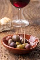 gemischte Oliven auf dunklem Holz
