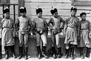Junge Mongolische Ringer vor einem Wettkampf im traditionellen Adlerringen, Foto von 1977
