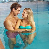 Glückliches Paar im Schwimmbad
