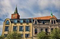 bernau bei berlin, deutschland - 30.04.2019 - sanierte altbauten und marienkirche