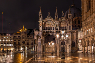 Markusdom in Venedig bei Nacht