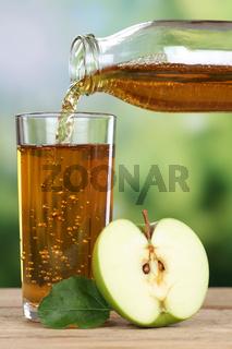 Gesunde Ernährung Apfelsaft eingießen aus grünem Apfel
