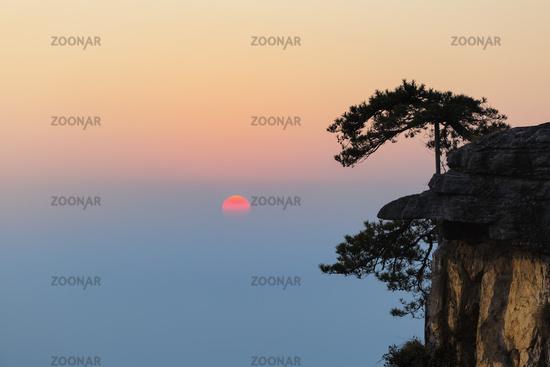 setting sun on lushan mountain