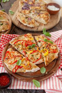 Hausgemachter Flammkuchen mit bunter Paprika
