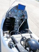 Cockpit eines Gyrocopters mit einem Fliegerhelm auf dem Sitz