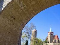 Altstadt von Bautzen mit alter Wasserkunst und Michaeliskirche durch einen Brückenbogen gesehen, Sachsen, Deutschland