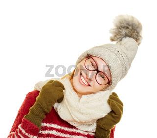 Frau im Winter mit Schal und Mütze