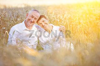 Paar Senioren macht Urlaub in der Natur