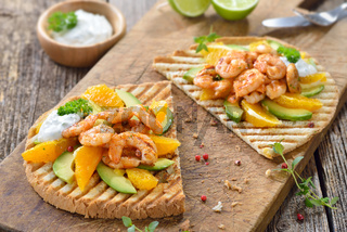 Toast mit Garnelen, Orangen und Avocado