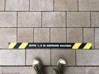 Bitte 1,5 m Abstand halten - social distancing