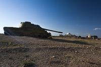 Panzerwrack in Nordafghanistan vor historischem Palast