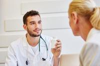 Arzt gibt Medikament an Patientin