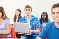 Schüler im Unterricht mit Computer