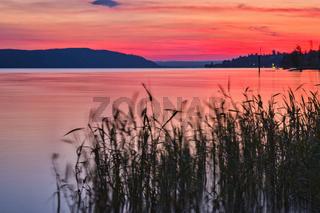 Die Sonne taucht den Bodensee in ein leuchtendes Rot