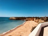 Badestand von Rocha in Portugal, eingerahmt von den Felsen der Algarveküste