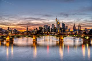 Die Skyline von Frankfurt in Deutschland und der Main