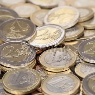 Stapel mit Ein und Zwei Euro Münzen