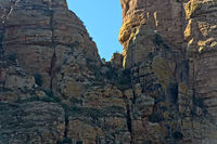 Felswand am Guh Felsturm mit Touristen im Aufstieg zur Felsenkirche Abuna Yemata,Tigray, Äthiopien
