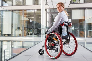 Lächelnde junge Frau im Rollstuhl für Inklusion