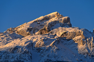 Erste Sonnenstrahlen am verschneiten Boeseekofel