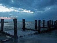 Buhne in der Ostsee bei Zingst, Mecklenburg-Vorpommern, bei Dämmerung